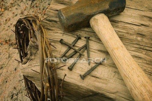 coroa pregos e martelo